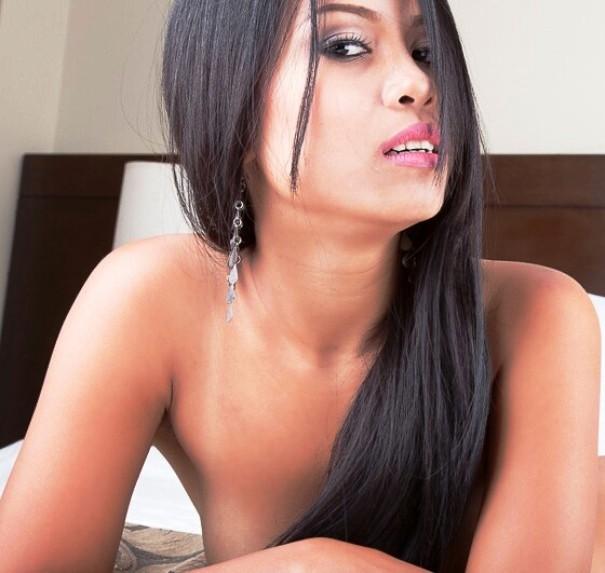 Erotisches Asia Girl vor der Webcm